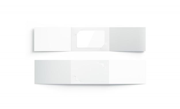 開いた紙のブックレットホルダー内の空白の白いプラスチックカードモックアップ