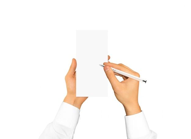 空白のチラシパンフレット小冊子モックアップを持っている手