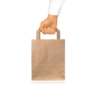 空白のクラフト紙袋を手に持ってモックアップ