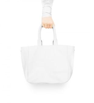 空白の白い女性の革のバッグを持っている手モックアップ分離。