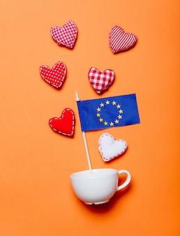 欧州連合の旗と白いカップとハートの形