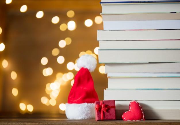 Подарочная коробка, шапка деда мороза и куча книг