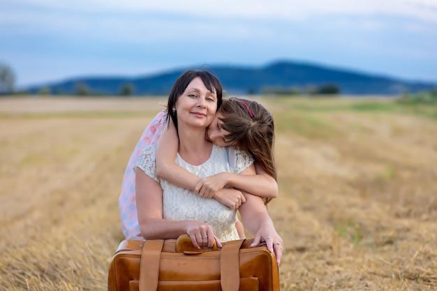 祖母と孫娘のスーツケース