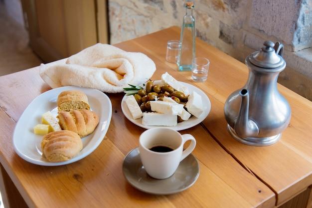 伝統的なクレタ島の朝食、パン、チーズ