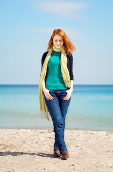 晴れた日にビーチでファッションの若い女性。