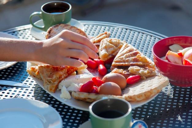 朝食に伝統的なクレタ島の食べ物