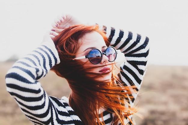 サングラスの若い赤毛の女の子の肖像画