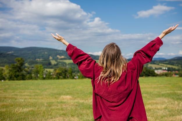 赤シャツの若い女性は山で楽しい時を過す