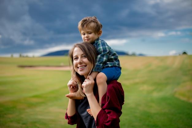 母は山の牧草地で息子と楽しい時を過す