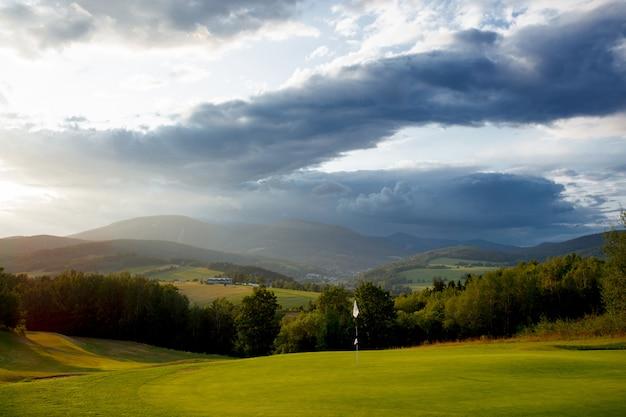 山のゴルフ場を見る