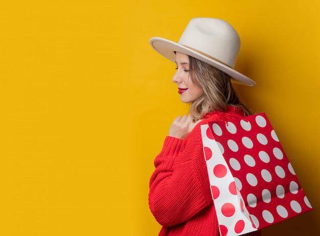 帽子と買い物袋の女性