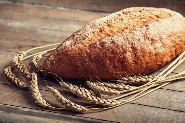 木製のテーブルで美味しいパン