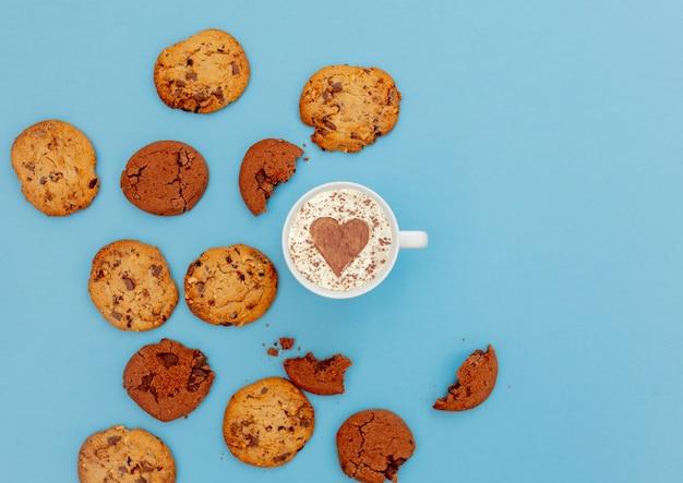 ハート形とクッキーとコーヒーのカップ