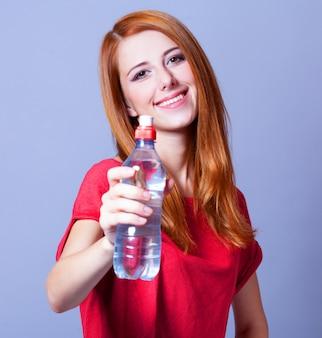 ボトルを持つスポーツ女性。