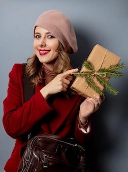 ギフト用の箱を持つ女性郵便屋さん