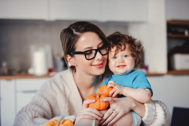 Счастливая мать и сын с тыквой.