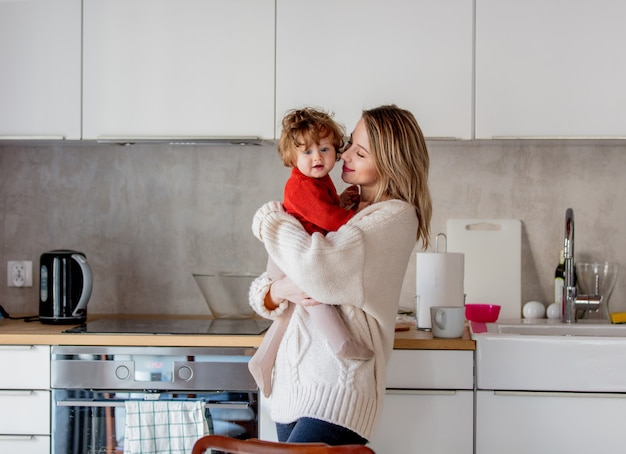 Мать и сын развлекаются на кухне