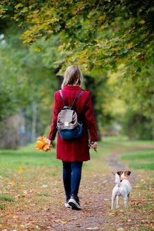 葉を持つ少女公園の路地でドージェ