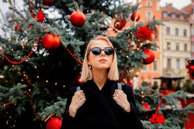 ヴロツワフ、ポーランドのクリスマスマーケットで美しいブロンド