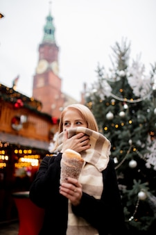 Красивая блондинка с вертелом на рождественской ярмарке во вроцлаве, польша