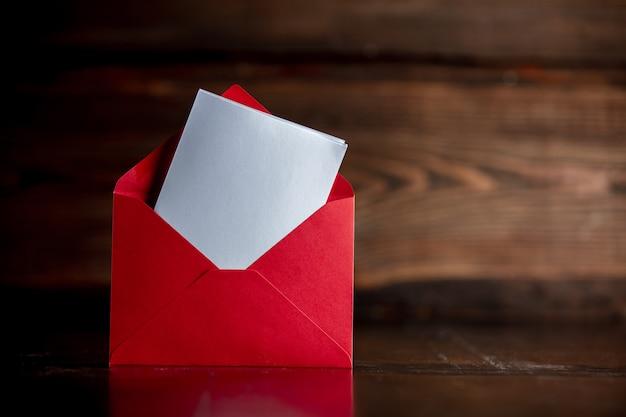 木製のテーブルにサンタクロースに赤い封筒