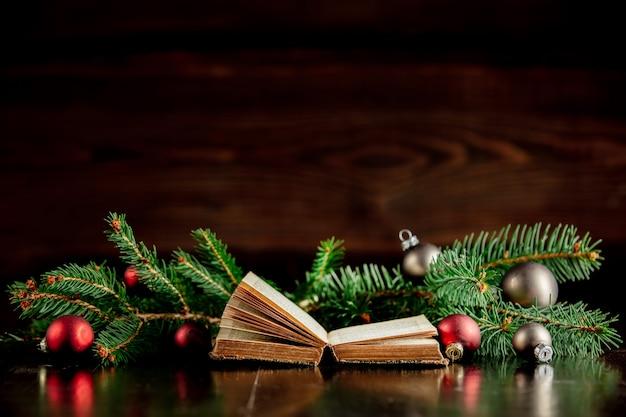 古い本と木製のテーブルの上のクリスマスつまらない