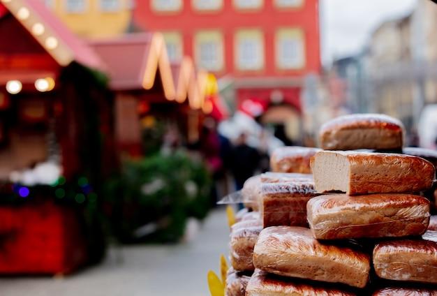 ヴロツワフ、ポーランドのクリスマスマーケットで伝統的なポーランドのパン