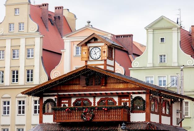 ポーランド、ヴロツワフの屋根の上のクリスマスライト