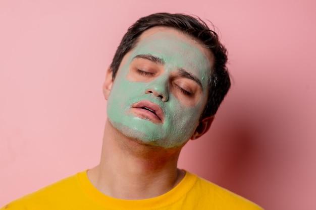Красивая брюнетка с маской из водорослей на лице