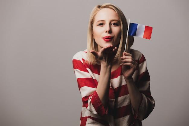 Девушка держит французский флаг