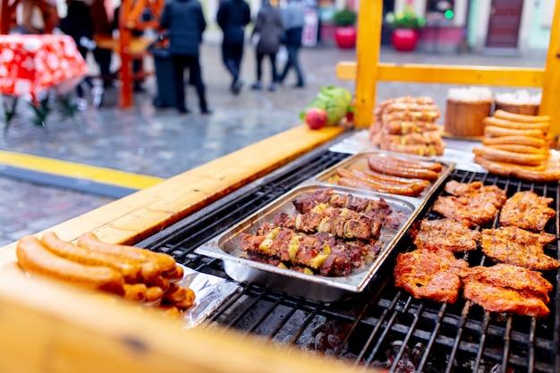ポーランド、ヴロツワフのクリスマスマーケットで煙の伝統的な肉