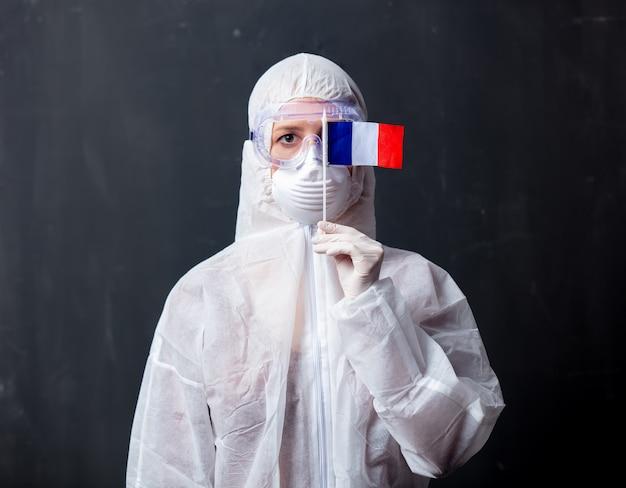 Медик женщина в защитной одежде от вируса с флагом франции