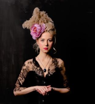 ビンテージ髪型とコルセットの美しい金髪伯爵夫人
