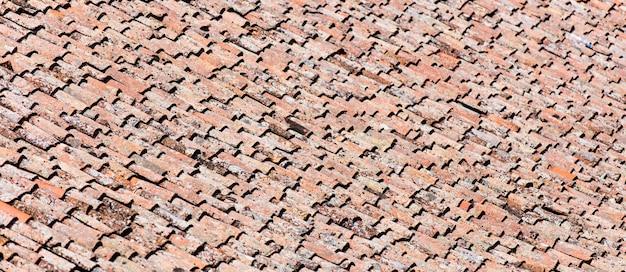 タイルの背景を持つ屋根