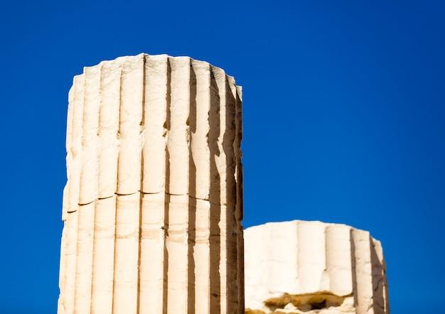 Красивые колонны на прекрасном небе в греции