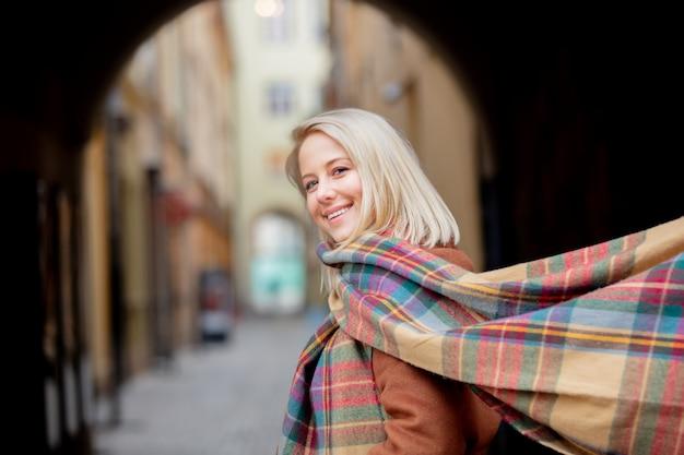 ヴロツワフの旧市街のスカーフで金髪の女性
