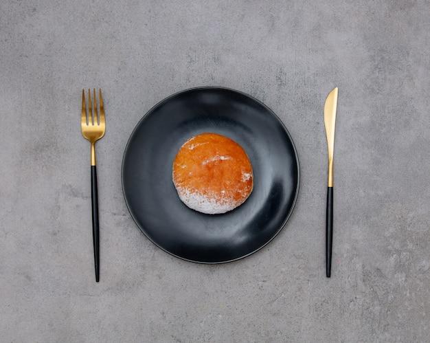 フォークとナイフで皿にドーナツ、