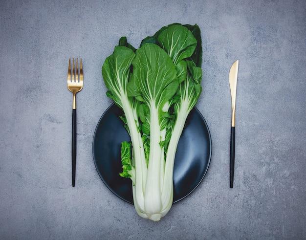 フォークとナイフで皿にキャベツ。