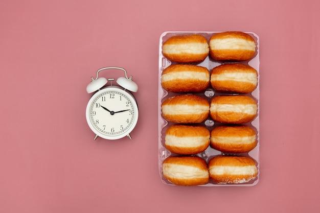 ボックスと目覚まし時計で伝統的なポーランドドーナツ