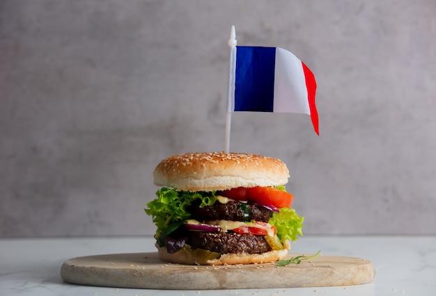 Бифштекс с флагом сша на подносе