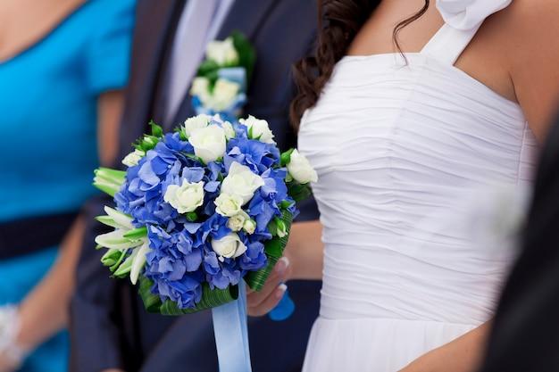 花束と結婚式のカップル