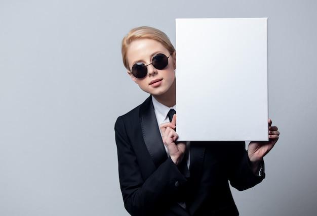 Коммерсантка в солнечных очках с белой доской