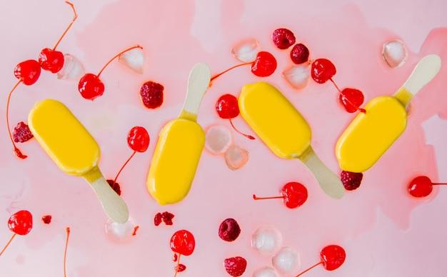 ラズベリーとチェリーの溶かしたレモンアイスキャンデー