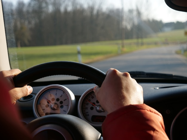 ザクセン自由州ドイツの道路でドライバーの場所からの眺め