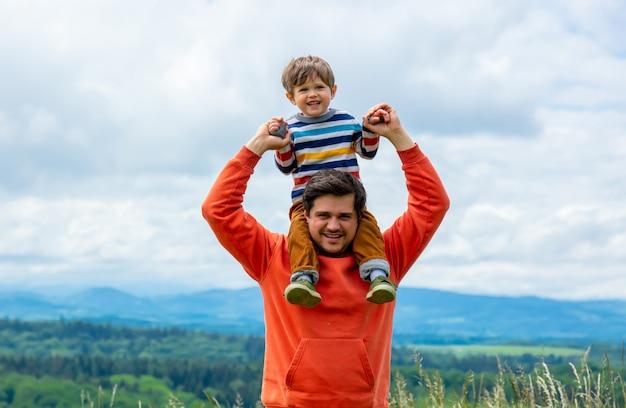 Отец с сыном, прогулки на открытом воздухе с горы