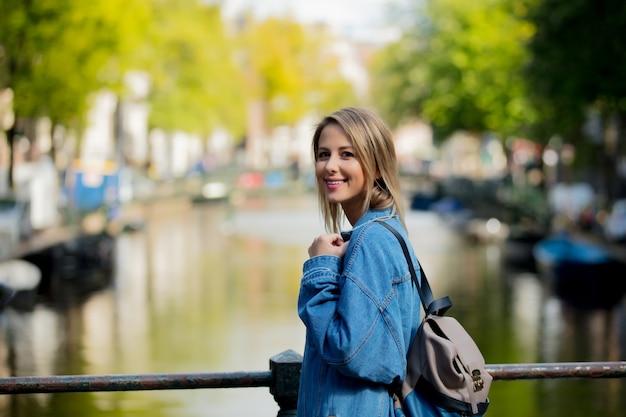 アムステルダムのバックパックを持つ少女