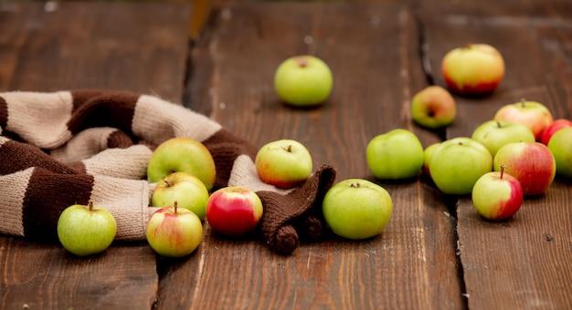 庭のテーブルの上のリンゴ