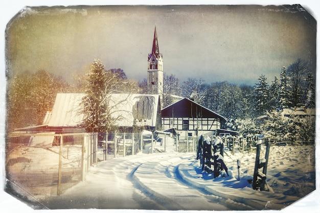 ヨーロッパの降雪後の雪の中でカトリック教会