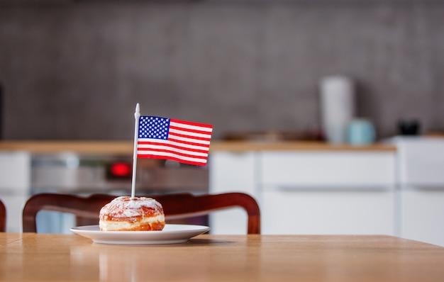 白い皿にアメリカ国旗とドーナツ