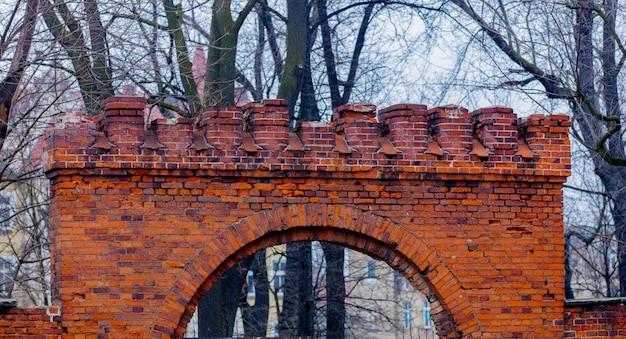 中世の教会の古いれんが造りのアーチゲート